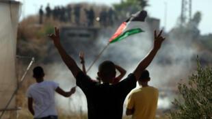 Des manifestants palestiniens défiant des soldats israéliens à Tulkarem (Cisjordanie), le 8 octobre 2015.