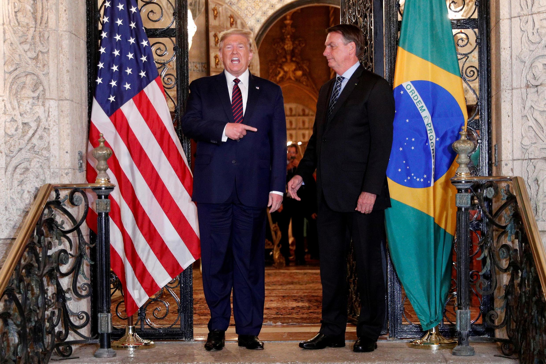 El presidente de los Estados Unidos, Donald Trump, organiza una sesión de fotos con el presidente de Brasil, Jair Bolsonaro, antes de asistir a una cena de trabajo en el resort Mar-a-Lago en Palm Beach, el 7 de marzo de 2020.