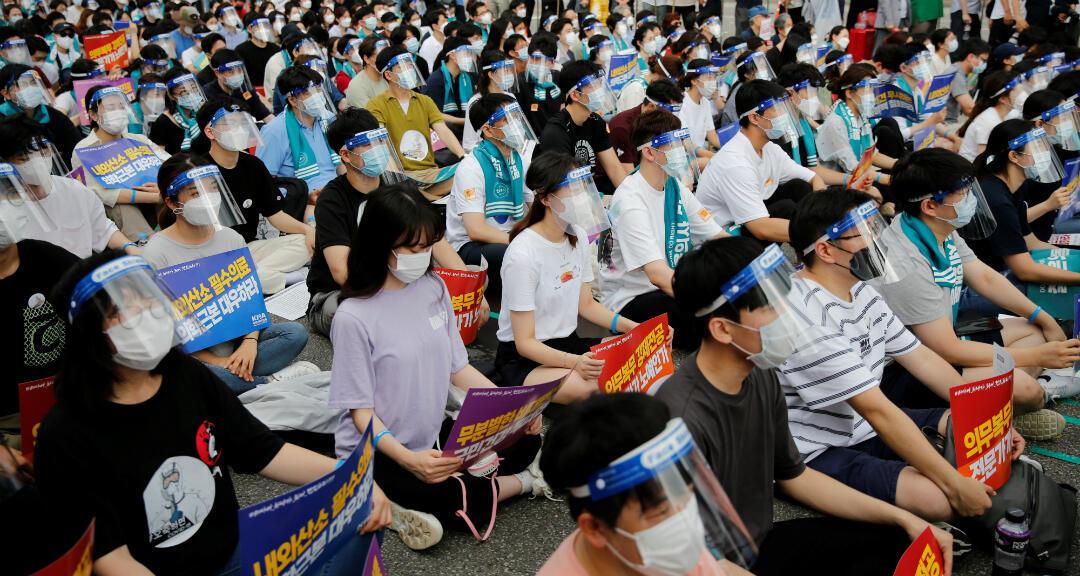 Personal hace una huelga de 24 horas en medio de la pandemia de coronavirus para protestar contra un plan del gobierno para aumentar las admisiones a las escuelas de medicina en 400 por año durante la próxima década para prepararse para posibles brotes de enfermedades infecciosas, en Seúl, Sur Corea , 14 de agosto de 2020.