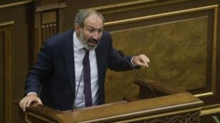 المعارض الأرميني نيكول باشينيان في البرلمان في الأول من أيار/مايو 2018.
