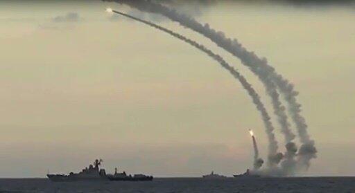 سفينة حربية روسية تطلق قذائف على أهداف لتنظيم الدولة الاسلامية في سوريا نوفمبر 2015