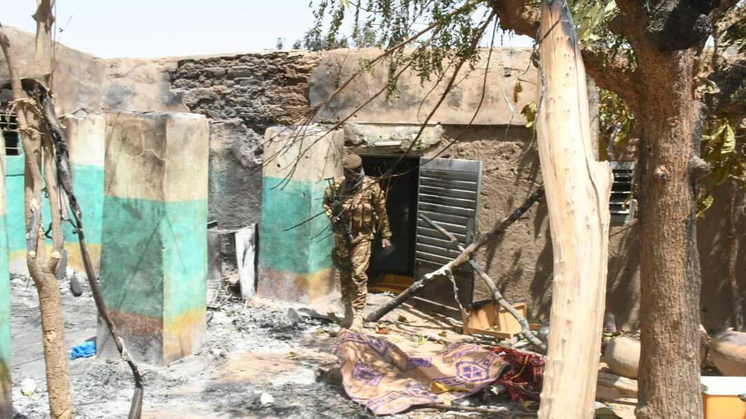 Un soldado camina entre los daños luego del ataque armado contra la aldea peul de Ogossagou, en Mali, el 25 de marzo de 2019.