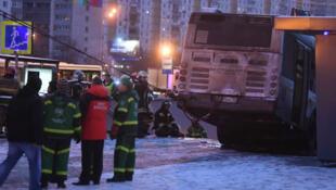 Escena del incidente que involucró a un tren de pasajeros que atropelló a varios peatones en Moscú, Rusia el 25 de diciembre de 2017.