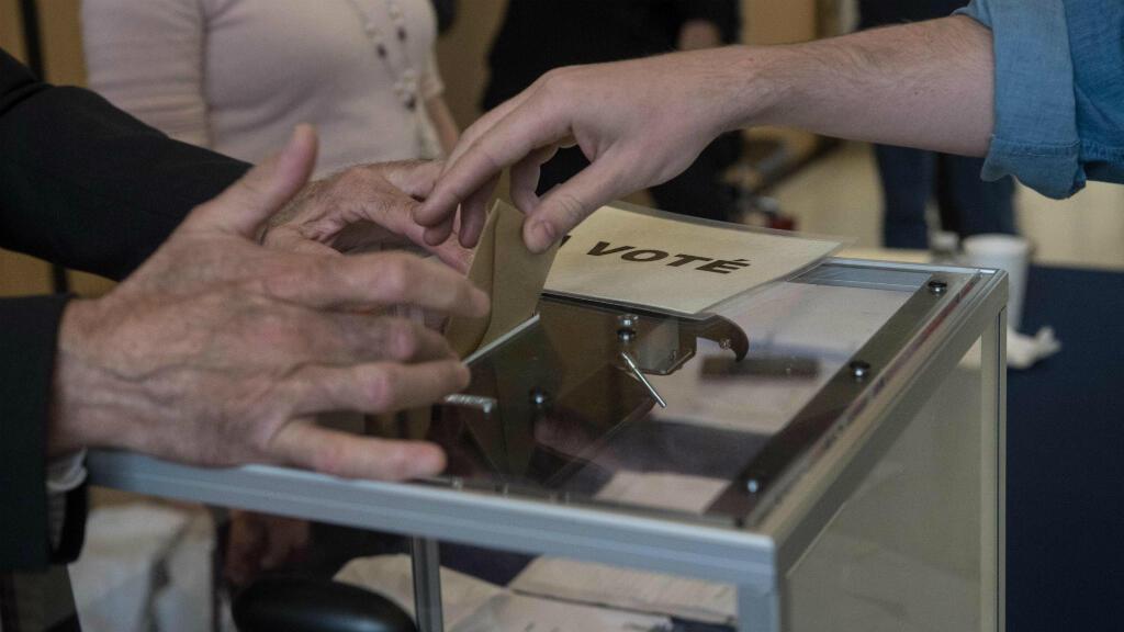 Un électeur dépose son bulletin à l'ambassade de France à Washington, samedi 6 mai 2017, pour le second tour de l'élection présidentielle.