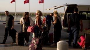 مسافرون في مطار تونس قرطاج الدولي