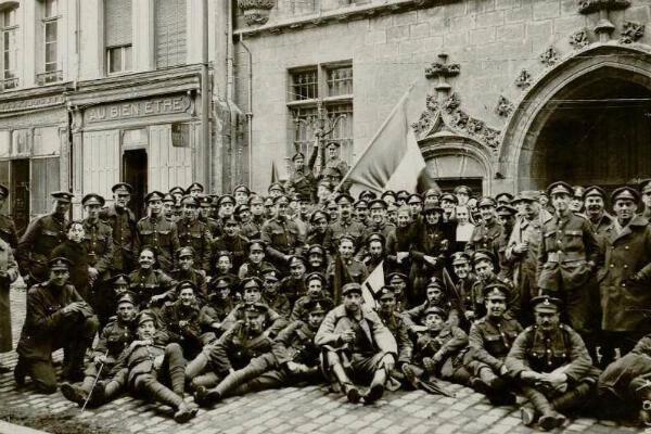 Des soldats français, anglais et des civils, devant l'Hôtel de ville de Douai, le 11 novembre 1918