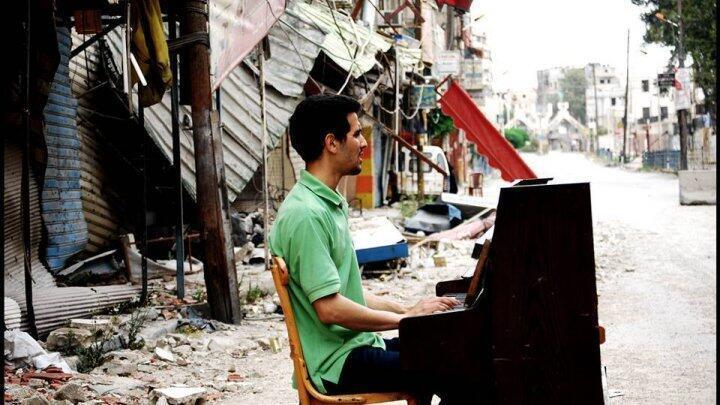 Aeham Ahmad au piano dans le camp de Yarmouk, en 2014.