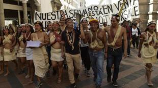 Nativos Waorani marchan durante una manifestación contra la entrada de compañías petroleras en tierras ancestrales amazónicas para actividades de exploración, el 25 de junio de 2019 en Quito