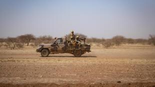 عسكريون يجرون دورية على متن شحن في دوريقرب مخيم غوديبو للاجئين في 3 شباط/فبراير 2020
