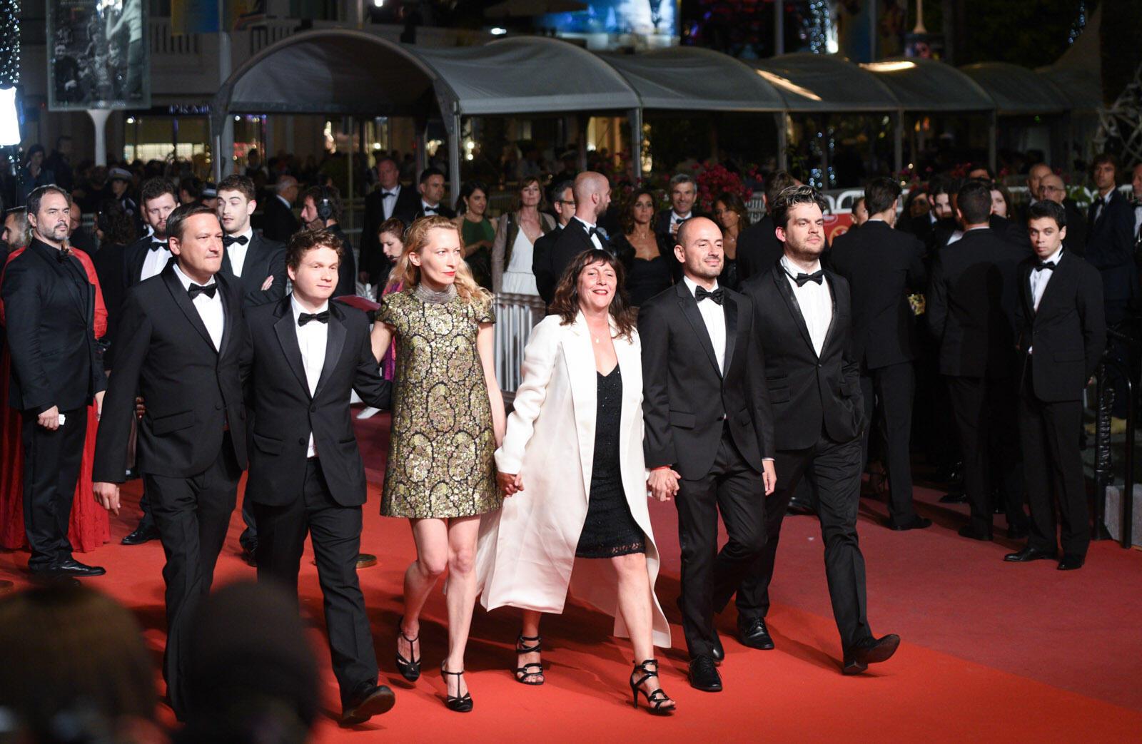 El jurado de Queer Palm, dirigido por la productora francesa Sylvie Pialat (al centro), subió los escalones antes del estreno de 'A knife in the heart'.