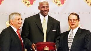 Michael Jordan con su sexto y último anillo de campeón de la NBA junto al duelo de los Chicago Bulls, Jerry Reinsdorf (derecha) y el excomisionado de la NBA David Stern (izq).