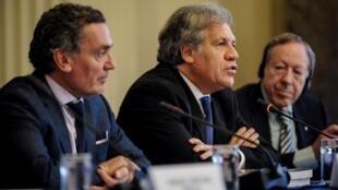 Santiago Canton, secretario argentino de DD.HH., Luis Almagro, secretario general de la OEA e Irwin Cotler, abogado estadounidense de DD.HH., en una conferencia de prensa el 29 de mayo de 2018.