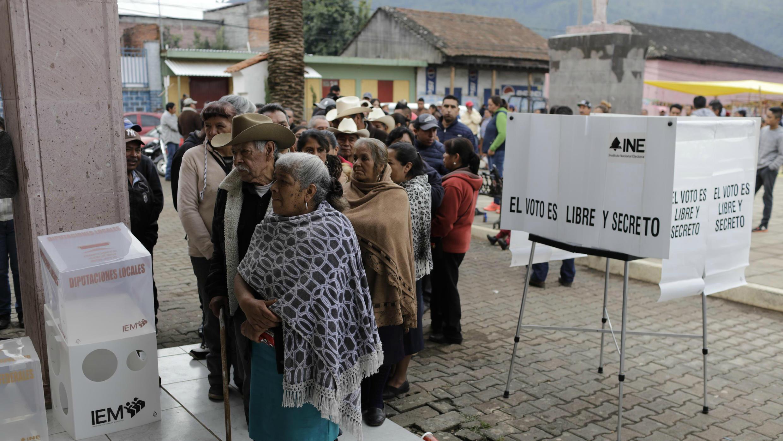 Votantes esperando para ejercer su derecho en un colegio electoral durante las elecciones en Sevina, Nahuatzen, Estado de Michoacán, en México, el 1 de julio de 2018.