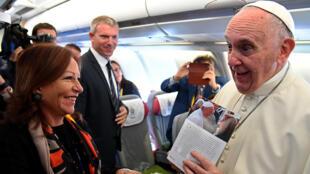 Le pape François parle avec les journalistes qui l'accompagnent dans son avion, le 6 septembre 2017.