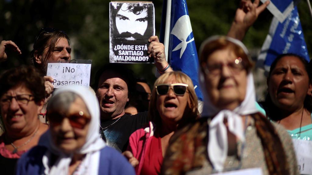 Manifestantes protestan exigiendo que se esclarezca lo ocurrido con Santiago Maldonado.