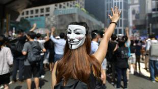 Un manifestant muni d'un masque de Guy Fawkes participant à une marche à Hong Kong, le 4 octobre.