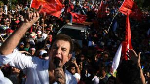زعيم المعارضة سالفادور نصر الله يلقي خطابا أمام حشدا من المتظاهرين الأحد 3 كانون الأول/ ديسمبر