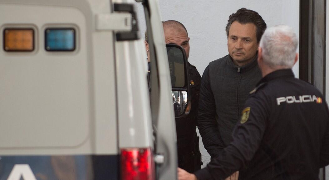 El exdirector de la estatal petrolera de México, Pemex, Emilio Lozoya, es transferido a una camioneta de la Policía española, luego de su detención, en Marbella, España, el 13 de febrero de 2020.