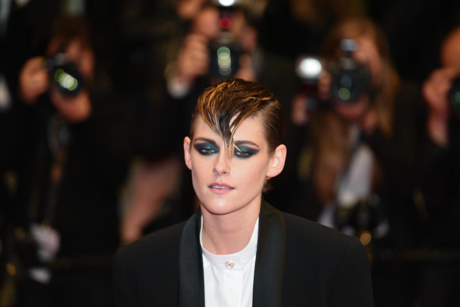 La actriz estadounidense Kristen Stewart, miembro del jurado, subió los escalones para asistir a la proyección de la película 'Un cuchillo en el corazón'.