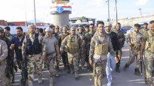 مقاتلون تابعون للمجلس الانتقالي الجنوبي ينتشرون في شوارع مدينة عدن جنوب اليمن في 26 من نيسان/ابريل 2020