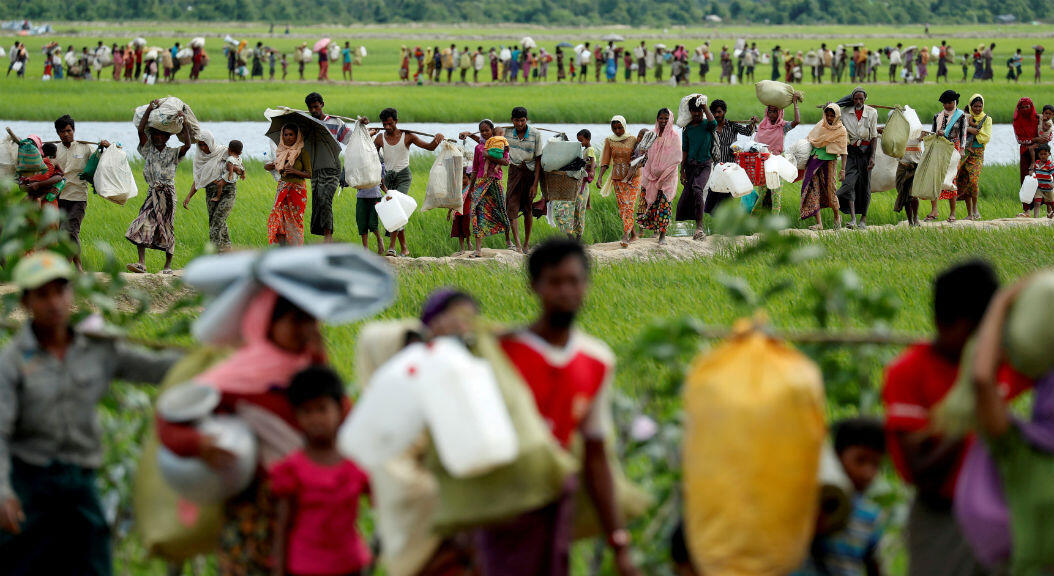 Archivo-Rohingyas, que cruzaron la frontera desde Myanmar dos días antes, caminan después de recibir el permiso del ejército de Bangladesh para continuar hacia los campos de refugiados, en Palang Khali, cerca de Cox's Bazar, Bangladesh, el 19 de octubre de 2017.