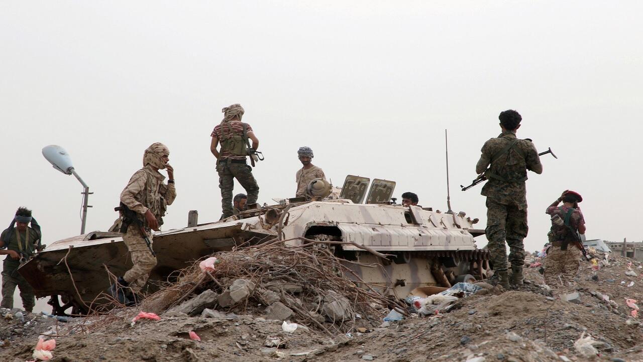 أعضاء من القوات الانفصالية الجنوبية المدعومة من الإمارات يقفون بجانب مركبة عسكرية خلال اشتباكات مع القوات الحكومية في عدن، اليمن، 10 أغسطس آب 2019.