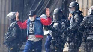 Un manifestante es arrestado por la policía antidisturbios durante la protesta contra el Gobierno del presidente Iván Duque, en la plaza Bolívar de Bogotá, Colombia, el 5 de mayo de 2021.