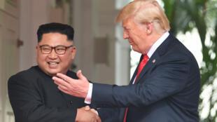 Donald Trump et Kim Jong-un ont donné le coup d'envoi du sommet en se serrant la main, le 12 juin 2018.