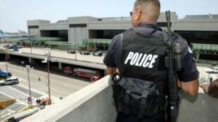 رجل أمن أمريكي يحرس مطار لوس أنجلس