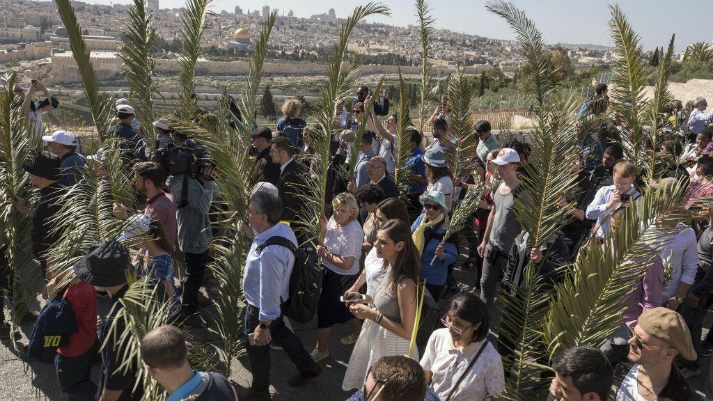 En Jerusalén, decenas de creyentes participaron en la celebración del Domingo de Ramos el 25 de marzo de 2018.