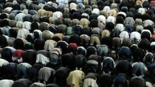 مسلمون يؤدون صلاة الجمعة في ساري في 10 أيلول/سبتمبر 2010