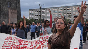 Estudiantes de la Universidad Autónoma Metropolitana (UAM) participan en un acto conmemorativo por las víctimas de la represión estudiantil de 1968 hoy, lunes 1 de octubre de 2018, en la plaza de las Tres Culturas de Tlatelolco, un céntrico barrio de Ciudad de México