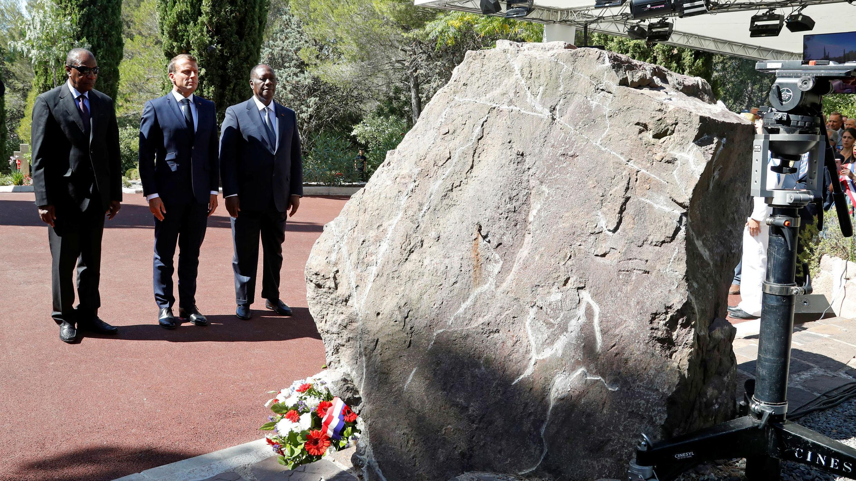 El presidente de Francia Emmanuel Macron, junto a sus homólogos de Costa de Marfil y Guinea, asiste a la ceremonia del 75 Aniversario del Desembarco en Provenza en Boulouris, Francia el 15 de agosto de 2019