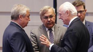 Imagen de archivo. El Enviado Especial de la ONU para Siria, Staffan de Mistura, y otros asistentes, participan en la sesión plenaria de las conversaciones de paz de Siria mediadas por Irán, Rusia y Turquía en Astaná, Kazajistán el 15 de mayo de 2018.