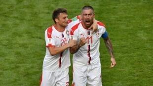 لاعب الدفاع الصربي الكسندر كولاروف عقب تسجيله هدف الفوز على كوستاريكا