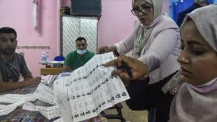 فرز الاصوات في مكتب اقتراع في ضاحية الجزائر العاصمة في 12 حزيران/يونيو 2021