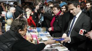 Le candidat investi par le Parti socialiste, Benoît Hamon, au Salon du livre de Paris, le 25 mars 2017.