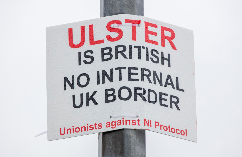 Un cartel colocado por unionistas británicos contra una posible frontera interna del Reino Unido junto a un puesto en el puerto de Larne en el condado de Antrim, Irlanda del Norte, el 2 de febrero de 2021, después de que se amenazaran a empleados portuarios que hacían controles aduaneros