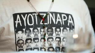 Vista de una camisa con fotos de los 43 estudiantes desaparecidos de Ayotzinapa durante una rueda de prensa de los familiares, el martes 24 de octubre de 2017, en Montevideo.