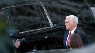 الجمهوري مايك بنس نائب الرئيس الأميركي السابق دونالد ترامب أمام البيت الأبيض في واشنطن في 07 نيسان/ابريل 2021