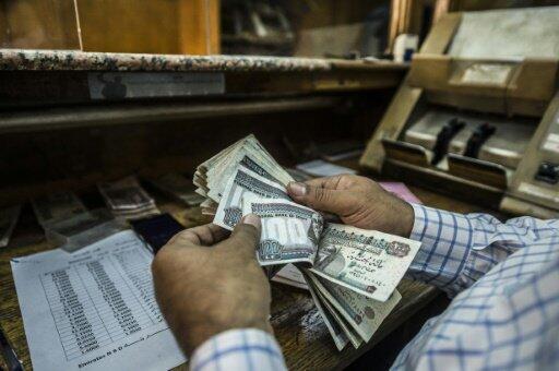 انخفاض سعر العملة الوطنية المصرية من 8،8 جنيهات مقابل الدولار إلى أكثر من 15 جنيها