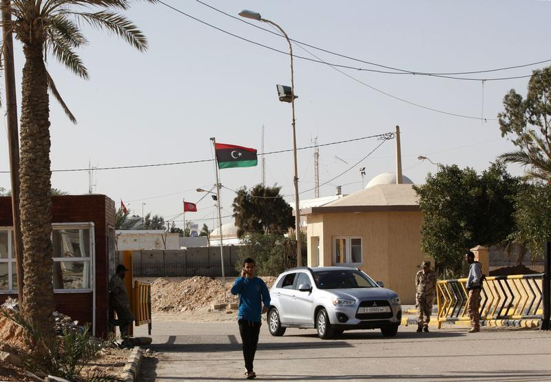 راكب يسير عند نقطة تفتيش أمنية عند حدود رأس جدير، بين ليبيا وتونس، على بعد 175 كيلومترا غرب طرابلس في 15 ديسمبر 2014.