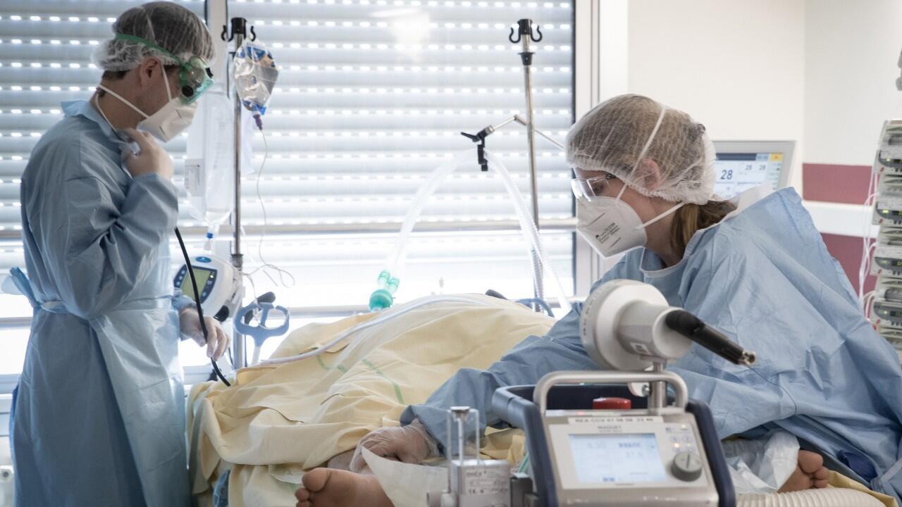 Des soignants s'occupent d'un patient infecté par le Covid-19 au service de réanimation de l'hôpital Lariboisière de l'AP-HP (Assistance Publique - Hôpitaux de Paris) à Paris le 27 avril 2020, lors du 42e jour de confinement en France.