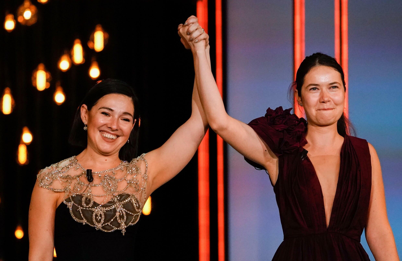 La directora Alina Grigore (derecha) y la productora Gabi Suciu celebran tras ganar el premio Concha de Oro a la mejor película, por el largometraje 'Blue Moon' durante la ceremonia de entrega de premios en el Festival de Cine de San Sebastián, España, el 25 de septiembre de 2021.