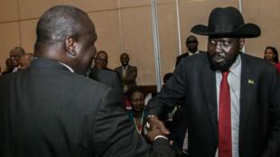 رئيس جنوب السودان سالفا كير وخصمه رياك مشار يوقعان وقف إطلاق النار في الخرطوم، 27 يونيو 2018