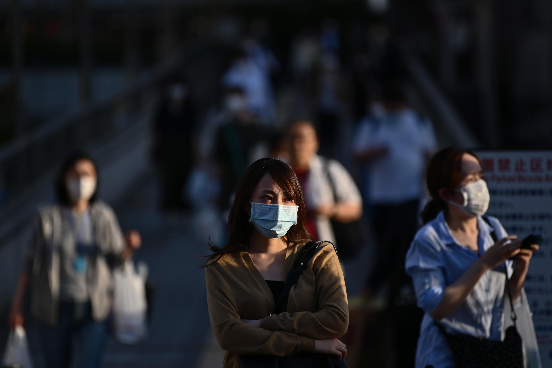 Varias personas con mascarilla el 14 de mayo de 2020 en una calle de Tokio