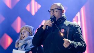 El entonces alcalde de la ciudad de Gdansk, en Polonia, Pawel Adamowicz, presidiendo la Gran Final del Festival de Caridad de Orquestas, evento en el que fue apuñalado por un desconocido.