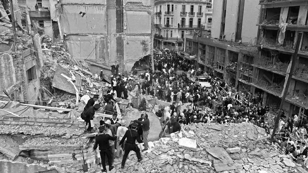 Imagen de archivo. Bomberos buscan heridos después de que explotara una bomba en la Asociación Mutual Israelita Argentina (AMIA) en Buenos Aires, Argentina, el 18 de julio de 1994.