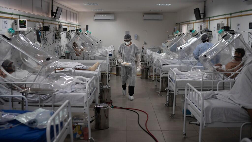 Los pacientes con Covid-19 son tratados dentro de un sistema de ventilación no invasivo llamado 'Cápsula Vanessa' en el hospital municipal de campo Gilberto Novaes en Manaus, Brasil, el lunes 18 de mayo de 2020.