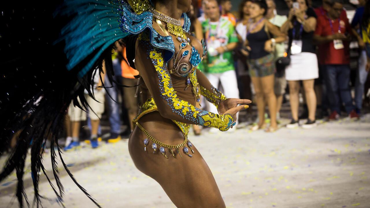 Desde el inicio de la década pasada, la estética de las musas de las escuelas de samba ha cambiado y se acerca cada vez más a la de las culturistas. Muchas pasan el año entero entrenándose en el gimnasio y algunas llegan incluso a usar anabolizantes para lucir piernas musculosas. Escuela Unidos da Tijuca (Carnaval 2017).